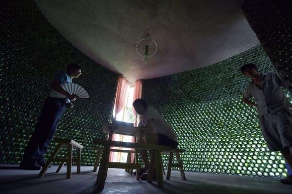 ngôi nhà xây bằng hàng ngàn chai thủy tinh đôc đáo 8