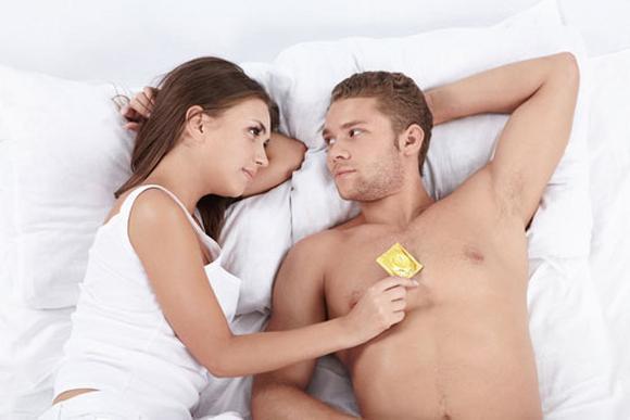 Vợ bầu bí vẫn phải mua bao cao su cho chồng đi ngoại tình