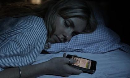 ánh sáng xanh, ánh sáng điện thoại, ánh sáng smartphone, tác hại của ánh sáng xanh, dùng điện thoại buổi tối, dùng điện thoại ban đêm, Ánh sáng xanh từ màn hình điện thoại