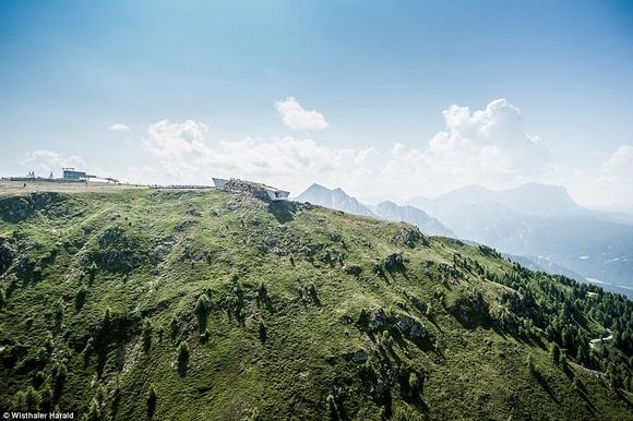 bao tang tren dinh nui 8 ngoisao.vn Cùng nhìn qua kiến trúc độc đáo của bảo tàng trên đỉnh núi cao 2286m