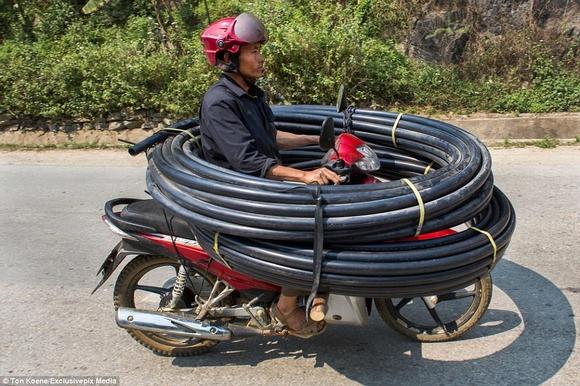 Những hình ảnh chở cồng kềnh quá tải ở Việt Nam lên báo nước ngoài 14