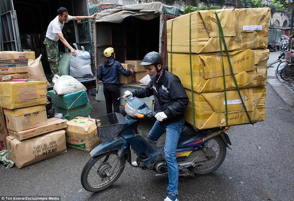 Những hình ảnh chở cồng kềnh quá tải ở Việt Nam lên báo nước ngoài 3