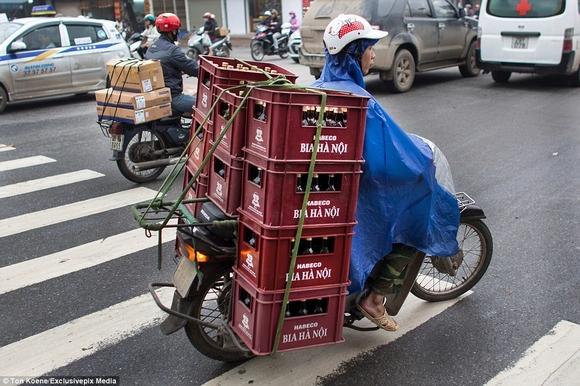 Những hình ảnh chở cồng kềnh quá tải ở Việt Nam lên báo nước ngoài 1