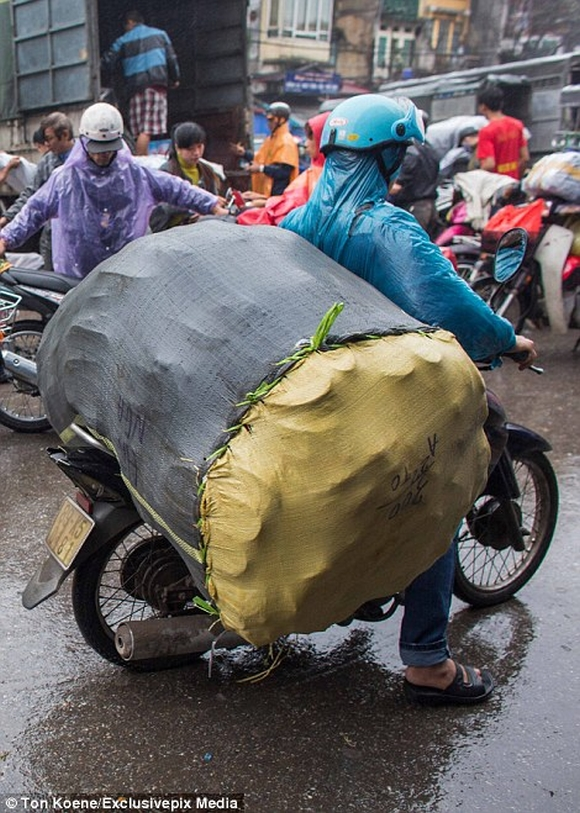 Những hình ảnh chở cồng kềnh quá tải ở Việt Nam lên báo nước ngoài 12