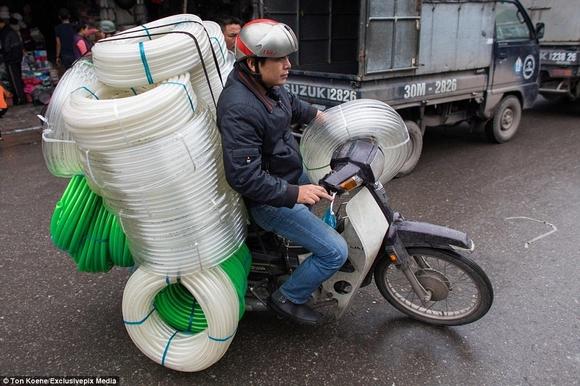 Những hình ảnh chở cồng kềnh quá tải ở Việt Nam lên báo nước ngoài 9