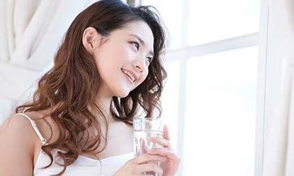 uống 2 lít nước mỗi ngày, quy tắc uống 2 lít nước mỗi ngày, nên uống bao nhiêu nước mỗi ngày, tác dụng của uống nước