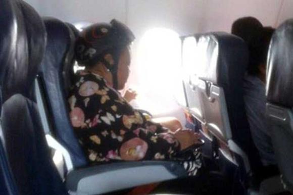 Bó tay với những hành khách 'không đỡ được' trên máy bay 8