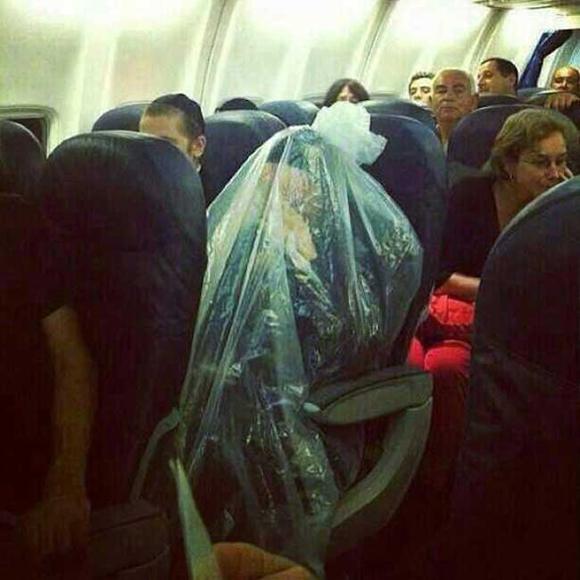Bó tay với những hành khách 'không đỡ được' trên máy bay 11