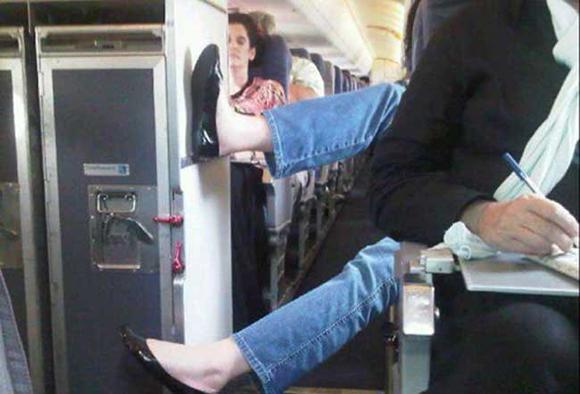 Bó tay với những hành khách 'không đỡ được' trên máy bay 13