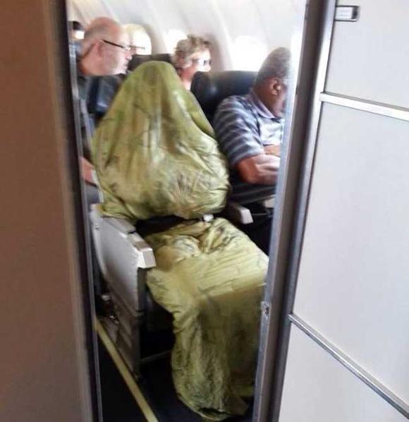 Bó tay với những hành khách 'không đỡ được' trên máy bay 7