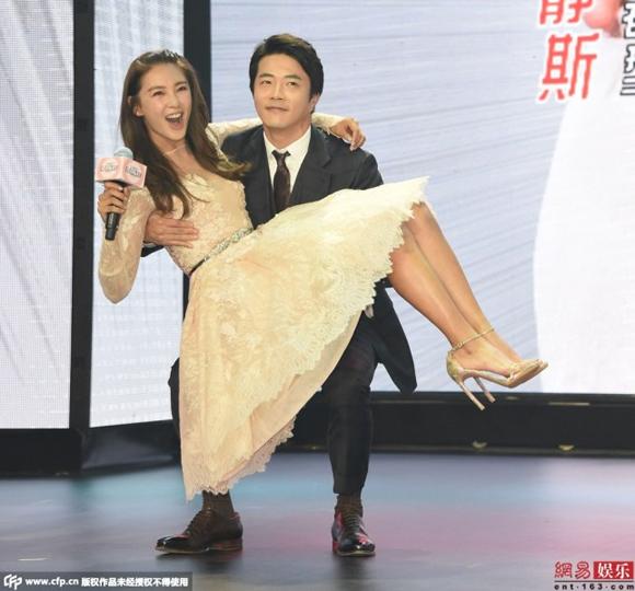 Kwon Sang Woo bị chỉ trích vì chạm tay vào vòng một Trương Vũ Kỳ 1
