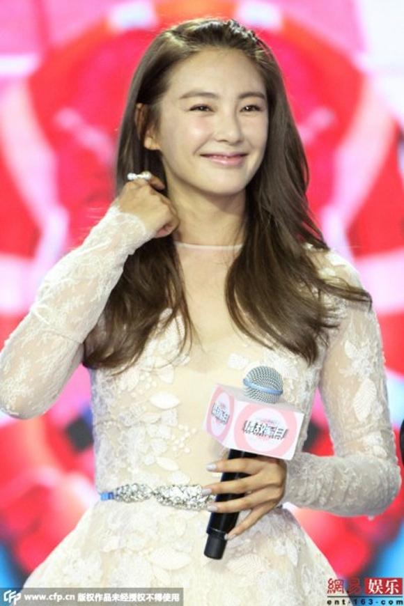 Kwon Sang Woo bị chỉ trích vì chạm tay vào vòng một Trương Vũ Kỳ 3