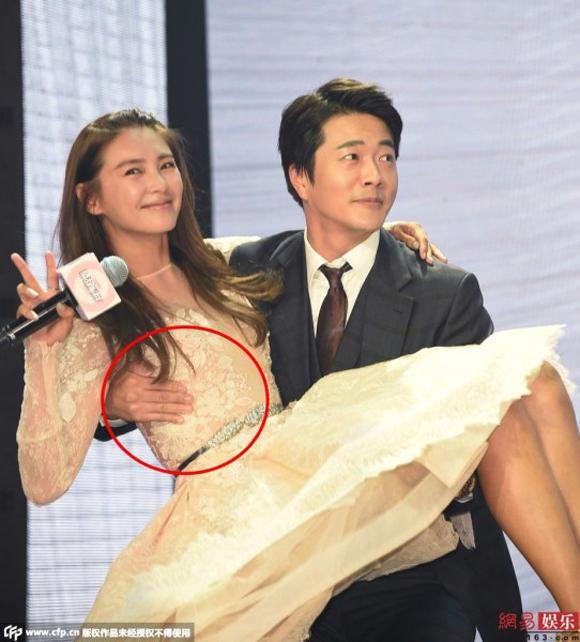 Kwon Sang Woo bị chỉ trích vì chạm tay vào vòng một Trương Vũ Kỳ 4
