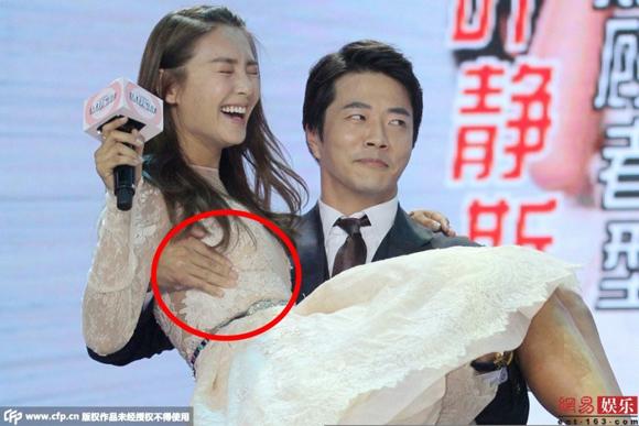 Kwon Sang Woo bị chỉ trích vì chạm tay vào vòng một Trương Vũ Kỳ 5