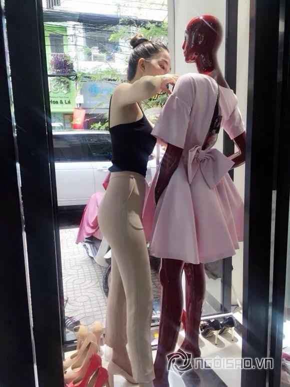 Ngọc Trinh mặc áo 2 dây sexy tại cửa hàng