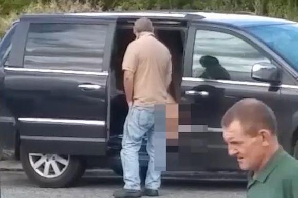 Người phụ nữ sử dụng đồ chơi *** trên ô tô không đóng cửa