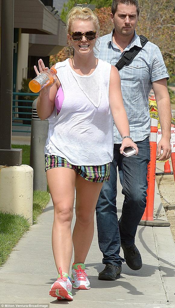 Britney Spears lại mặc quần áo lôi thôi ra phố