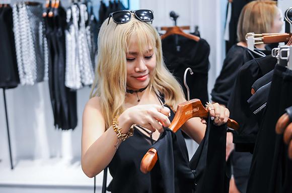 Tuấn Hưng ân cần chọn giày cho gái đẹp giữa tin đồn rạn nứt 9