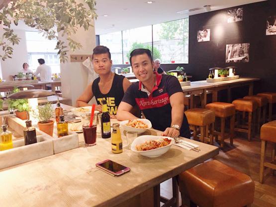 Akira Phan, ca sĩ Akira Phan, Akira Phan trên đường phố Châu Âu, Akira Phan tại nhà hàng chị gái
