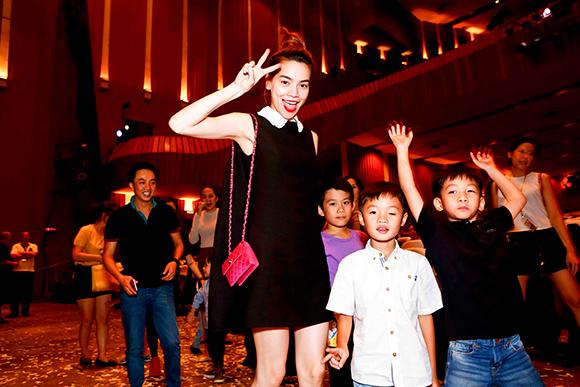Hồ Ngọc Hà Cường Đô la đưa subeo đi xem nhạc kịch 6