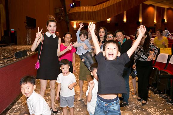 Hồ Ngọc Hà Cường Đô la đưa subeo đi xem nhạc kịch 7