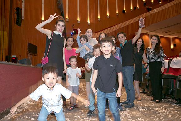 Hồ Ngọc Hà Cường Đô la đưa subeo đi xem nhạc kịch 8