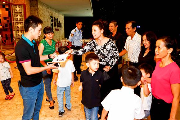 Hồ Ngọc Hà Cường Đô la đưa subeo đi xem nhạc kịch 9