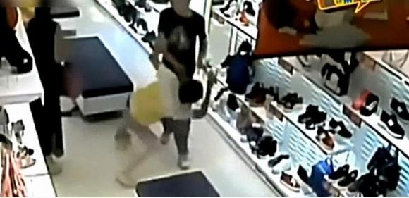 Bị kẻ trộm đánh tới tấp, trộm cắp, đánh đập, cộng đồng, bức xúc, tội phạm, cảnh sát, trộm cắp, ngoi sao