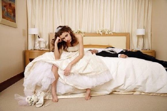 Đêm tân hôn, mẹ chồng soi đèn dắt con dâu đi vệ sinh