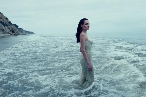 Angelina Jolie chia sẻ bộ ảnh đùa nghịch cùng các con trên biển 0
