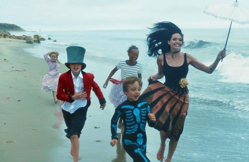 Angelina Jolie chia sẻ bộ ảnh đùa nghịch cùng các con trên biển 3