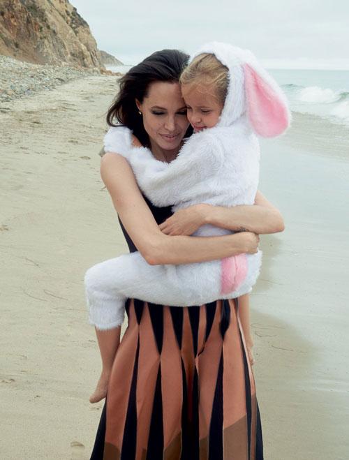 Angelina Jolie chia sẻ bộ ảnh đùa nghịch cùng các con trên biển 4