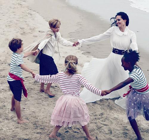 Angelina Jolie chia sẻ bộ ảnh đùa nghịch cùng các con trên biển 6