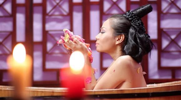 Sao Việt cởi đồ tắm trần bạo chẳng kém ai