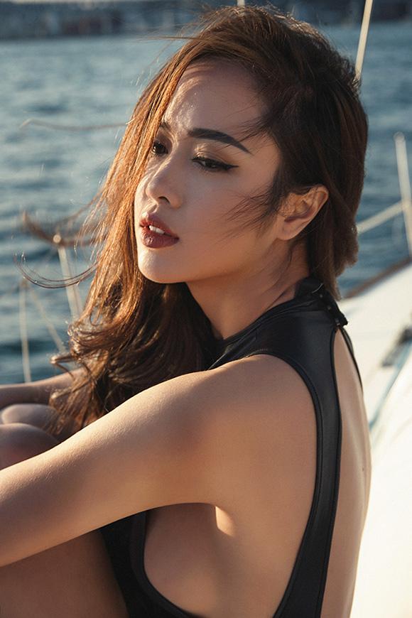 Vũ Ngọc Anh khoe dáng đẹp trên du thuyền triệu đô