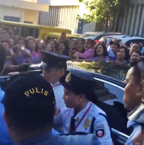 Marian Rivera,Dingdong Dantes,bà bầu Marian Rivera,Marian Rivera nghẹt thở trong vòng vây fans,Maria Rivera khiến chồng lo lắng,sao Philippines