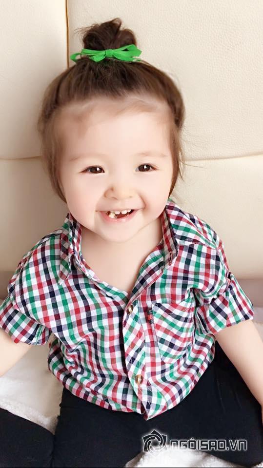 Cadie, Cadie mặc áo sơ mi, Cadie mặc áo sơ mi caro, Cadie đáng yêu, ảnh mới Cadie, Elly Trần, con gái Elly Trần, Mộc Trà, Elly Trần và con gái, sao việt
