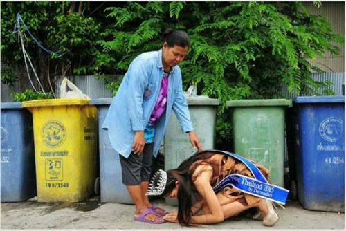 Hoa hậu Thái Lan quỳ gối trước xe rác của mẹ sau khi đăng quang