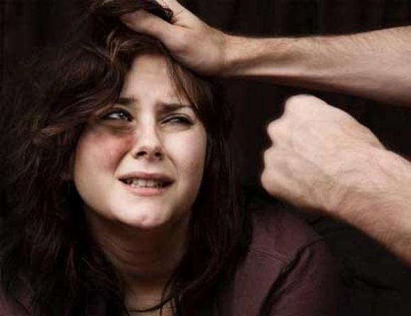 Chồng đánh vợ bầm dập vì để con đi lạc trong siêu thị