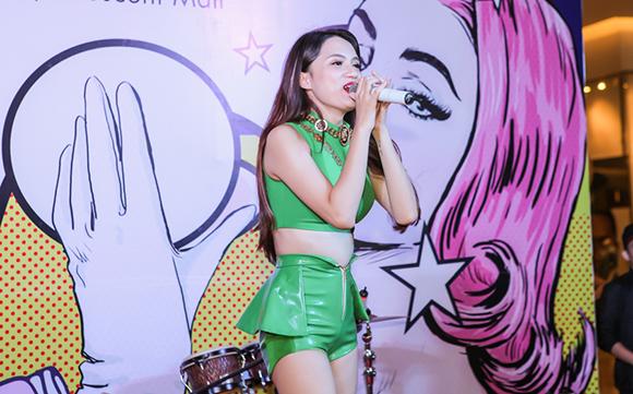 Hương Giang Idol khoe trọn vòng 2 4
