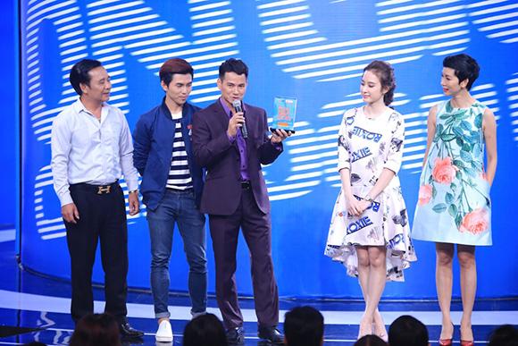 Angela Phương Trinh ôm hôn Trấn Thành tới tấp 0