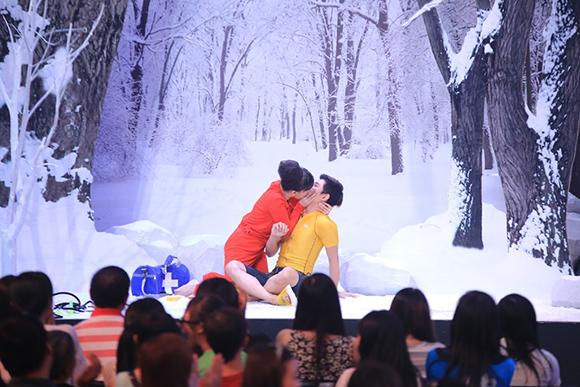 Angela Phương Trinh ôm hôn Trấn Thành tới tấp 3