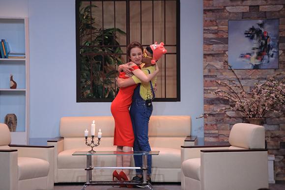 Angela Phương Trinh ôm hôn Trấn Thành tới tấp 4