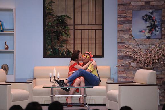 Angela Phương Trinh ôm hôn Trấn Thành tới tấp 5