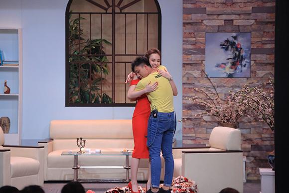 Angela Phương Trinh ôm hôn Trấn Thành tới tấp 9