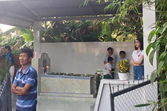 Ngọc Trinh gây xúc động khi viếng mộ mẹ