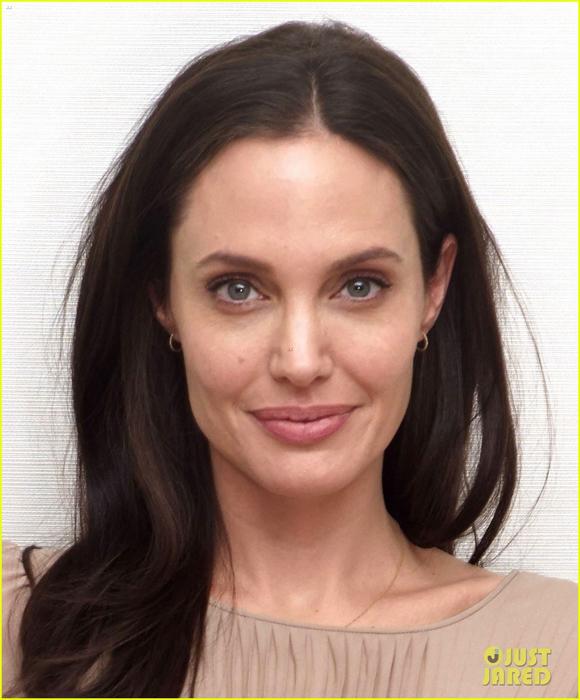 Angelina Jolie,Angelina Jolie tự tin thả rông,Angelina Jolie cắt bỏ ngực,Angelina Jolie tái tạo ngực bằng mô mềm,Angelina Jolie xuất hiện tại sự kiện,sao Hollywood