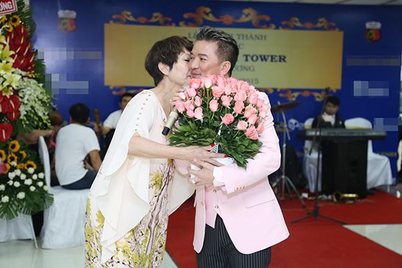 Đàm Vĩnh Hưng được fan lớn tuổi cưỡng hôn giữa sự kiện 1