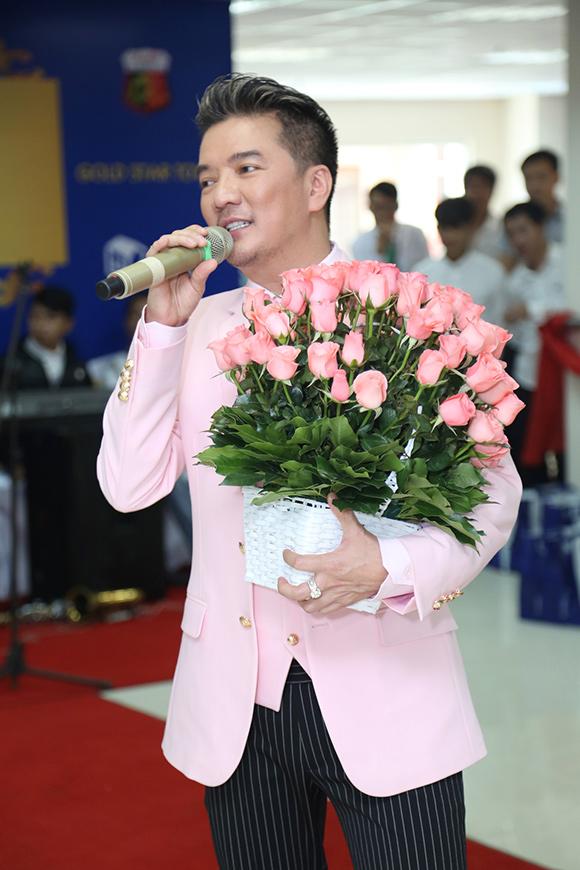Đàm Vĩnh Hưng được fan lớn tuổi cưỡng hôn giữa sự kiện 14