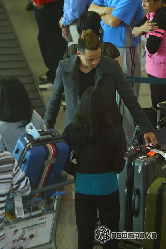Cao Thái Sơn khệ nệ hành lý lẻ bóng ở sân bay 0